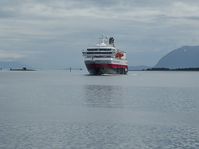 400 hurtigruten approaching